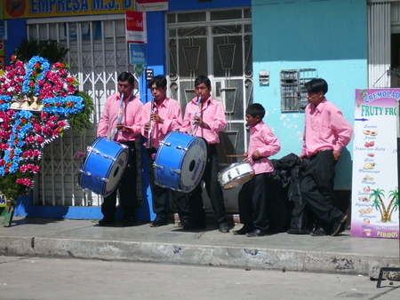 Andean musicians performing a melody Deshacer  Editorial