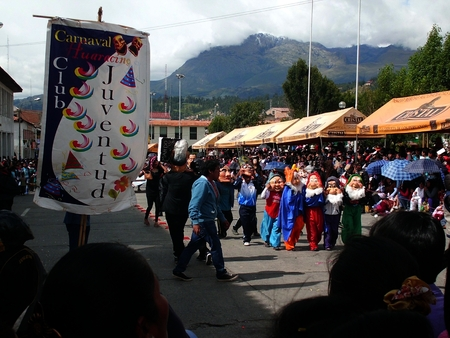 the masked dancers and the joy of the Andean party Editorial
