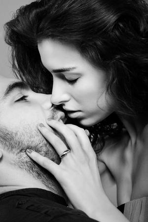 bacio sexy: una bella ragazza bacia un ragazzo Archivio Fotografico