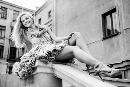 sexy young girls: Молодая женщина, сидя на лестнице. На открытом воздухе Фото со стока