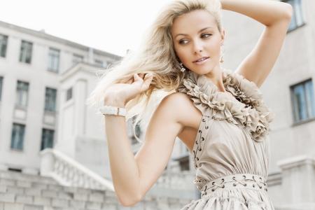 moda ropa: Retrato de una joven. Al aire libre Foto de archivo