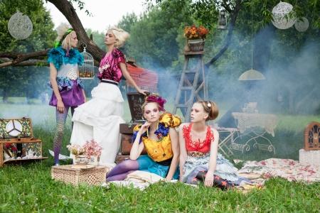 maquillaje de fantasia: Retrato de dos mujeres rom�nticas en un picnic en un bosque de hadas niebla. Outdoors. Foto de archivo
