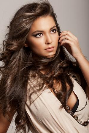 bijuteri: Sağlıklı uzun kahverengi saçlı ve taze makyaj ile güzel bir kadının portresi arka plan üzerinde izole değil Dalgalı Saç modeli