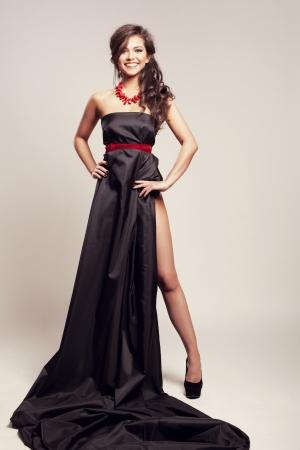 vestido de noche: Hermosa mujer con la noche de largo vestido negro cubierta