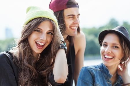 jovenes: Primer plano de un grupo de mujeres jóvenes feliz y el hombre