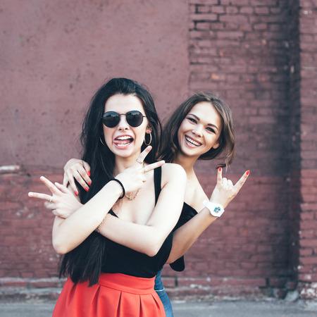 jeune fille adolescente: Deux jeunes amies se amusent et souriant. Mode de vie portrait en plein air