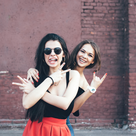 amicizia: Due amici della ragazza divertirsi e sorridente. Outdoor ritratto stile di vita