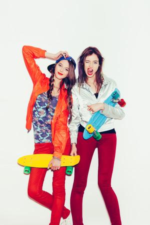 dva: Dvě mladé dívky přátelé stojí baví se spolu. Otevření Krásná žena ústa. Emotion. Účes. Make-up. Bílé pozadí, není izolovaný Reklamní fotografie