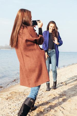 Молодая девчонка и ее подруга