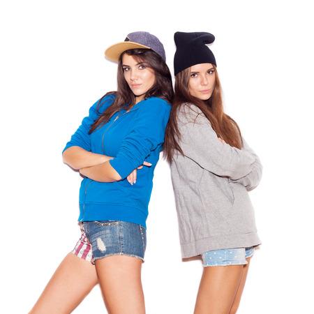 swag: Dos amigos de la chica joven de pie juntos. bot�n. Fondo blanco no aislados