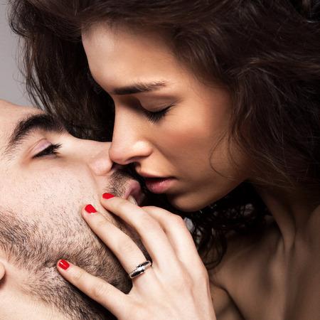 sexo pareja joven: Pareja rom�ntica tocar y besos entre s�. Primer plano de hombre y mujer Foto de archivo