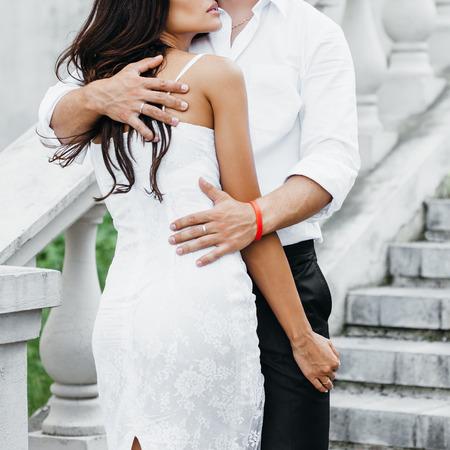 parejas sensuales: Joven pareja amándose. Hombre que abraza a una mujer.