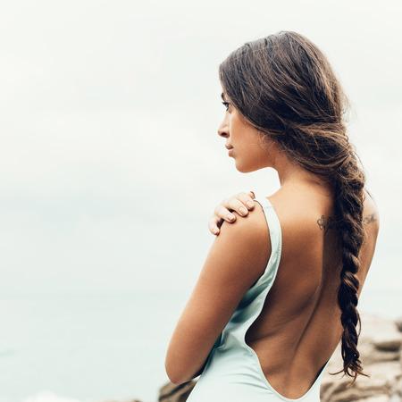 petite fille maillot de bain: belle fille sur la plage seule. Mode de vie portrait en plein air