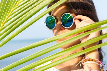 солнечный портрет красивой молодой девушки в темных очках Фото со стока