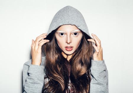 black eyes: Una donna diabolico spaventoso con gli occhi neri su uno sfondo bianco per una paura o un concetto di Halloween. Non isolato