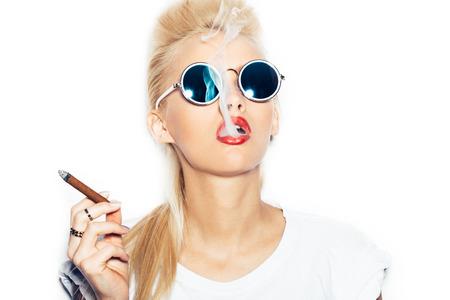 サングラスと葉巻から煙を吹いて白の t シャツでセクシーな女性をクローズ アップ。 白い背景に、孤立していません。