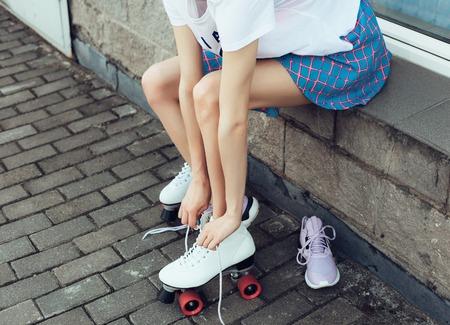 patín: Primer De Piernas de desgaste del rodillo de zapatos de patinaje, el estilo de vida al aire libre retrato