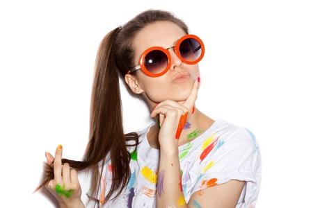 gafas de sol: Joven alegre chica sucia en pintura en gafas de sol que se divierten