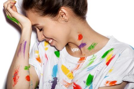 brocha de pintura: Joven alegre chica sucia en la pintura que se divierten Foto de archivo
