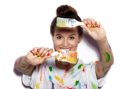 colorido: Joven alegre chica sucia en la pintura que se divierten Foto de archivo