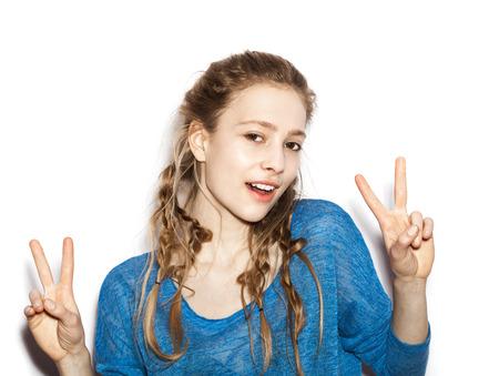 cute teen girl: Красота улыбается женщина флиртует с удовольствием. Портрет подростков девочка Красивая веселая наслаждаясь с длинными каштановыми волосами и чистую кожу. Фото со стока