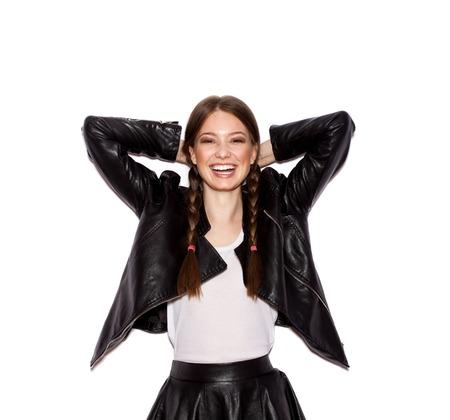Mujer con trenzas en la chaqueta de cuero negro. Mujer sonriente con maquillaje brillante y peinado con trenzas. el fondo blanco no isolatedWhite fondo no aislado Foto de archivo - 43950660