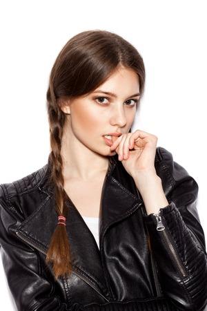 jacket: Trenza de pelo. Mujer hermosa con el pelo largo sano marrón. Peluquería. Peinado. Belleza Glamour Girl Modelo de modas Retrato. Piel perfecta y maquillaje Holiday maquillaje.