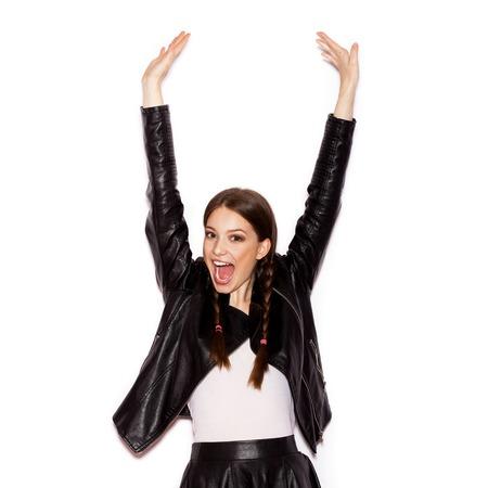 modelos negras: Mujer con trenzas en la chaqueta de cuero negro. Mujer sonriente con maquillaje brillante y peinado con trenzas. el fondo blanco no aislados