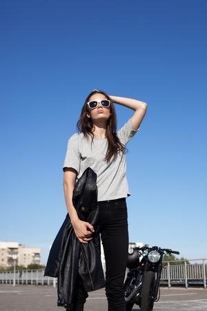 유행: 구식 지정 오토바이 근처 섹시 한 젊은 여자. 야외 라이프 스타일 초상화 스톡 콘텐츠