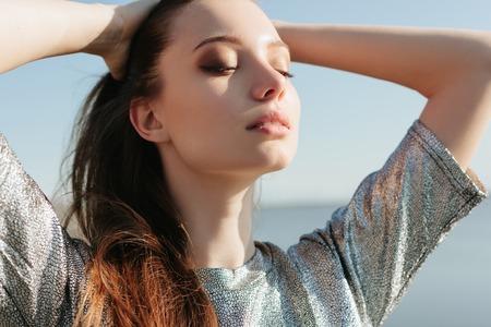 sol radiante: Hermosa chica disfrutando del sol y el calor. Al aire libre retrato lifestile Foto de archivo