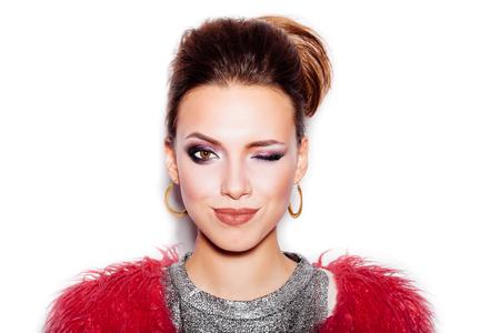 maquillaje de ojos: Chica Swag de Belleza Moda. Mujer magn�fica Retrato. Corte de pelo y maquillaje con estilo. Estilo Vogue. Primer plano de la muchacha del encanto sexy sobre fondo blanco no aislados