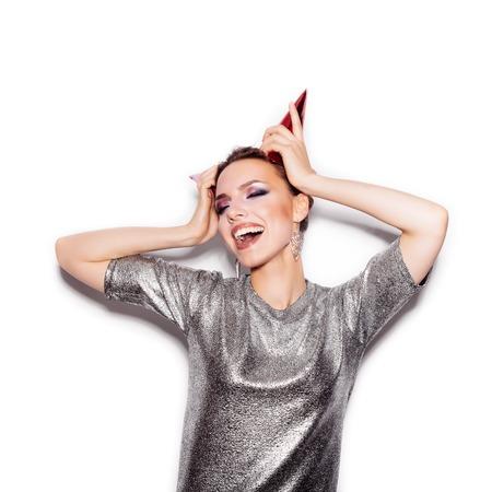 models posing: Belleza Swag de la muchacha de la manera con Cuernos. Mujer magn�fica Retrato. Corte de pelo y maquillaje con estilo. Estilo Vogue. Primer plano de la muchacha del encanto sexy sobre fondo blanco no aislados Foto de archivo