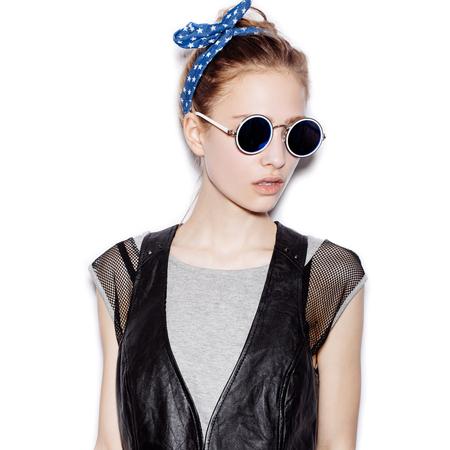 sonnenbrille: Fashion Portrait der schönen Mädchen mit Sonnenbrille. Nahaufnahme der netten Frau auf weißem Hintergrund nicht isoliert Lizenzfreie Bilder