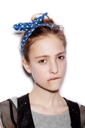jeune fille adolescente: Beauté femme mignonne visage Close up portrait. Femme jeune modèle sur fond blanc pas isolé