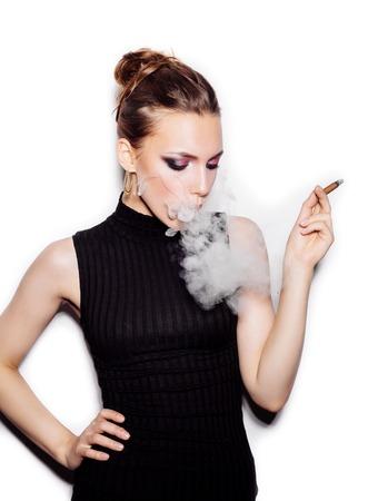 person smoking: Retrato de una mujer de moda con una boquilla. Piel perfecta. Estilo retro. Estudio tirado en el fondo blanco no aislados