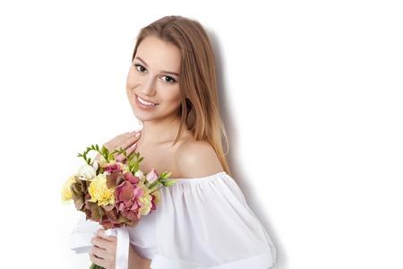 voluptuosa: D�a de San Valent�n - Sue�o voluptuosa mujer joven con el ramo de flores mientras est� de pie contra el fondo blanco no aislados. Serie de fotos
