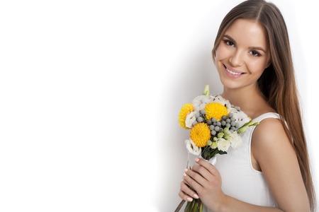 Esposas: Mujer con el ramo de flores de primavera mientras está de pie contra el fondo blanco no aislados. Día de la Madre. Primavera