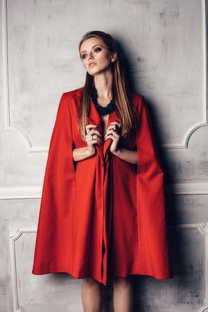 De jonge sexy mooie vrouw in rode jas Stockfoto - 53380616