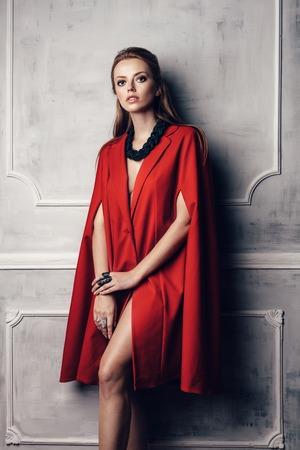 mujeres fashion: Moda joven y bella mujer atractiva en capa roja