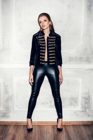 빈티지 군사 hussar 유니폼을 입고 헤어 스타일로 젊은 섹시한 여자의 패션 초상화