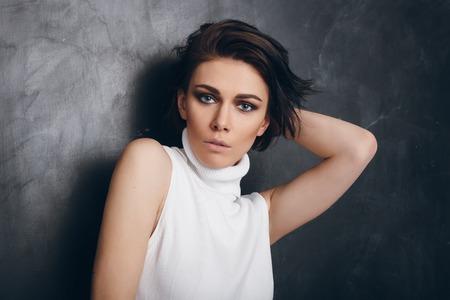 Joven y atractiva mujer de moda.