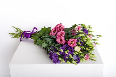 Primer plano de un ramo de flores sobre un fondo blanco Foto de archivo