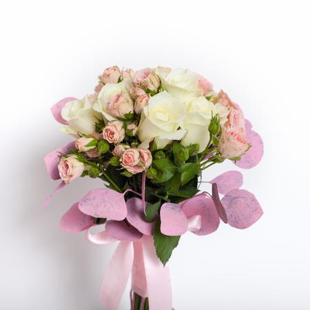 bouquet fleur: Gros plan d'un bouquet de fleurs sur un fond blanc