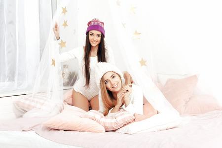 le giovani donne che lottano cuscini in camera da letto. ragazze ... - Donne In Camera Da Letto