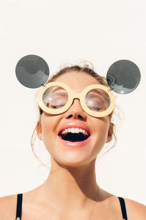 美容サンシャイン少女の肖像画。日当たりの良い夏のアウトドアを楽しむサングラスでかなり幸せな女は。 写真素材