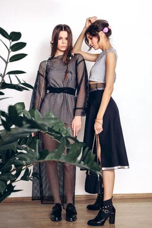 modelos posando: Hermosas modelos femeninos posando en ropa de moda