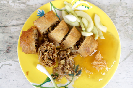 Lumpia is a spring roll of Chinese origin commonly found in Indonesia. Banco de Imagens