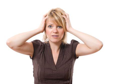 anguished: businesswoman paura con le mani sulla testa isolata su sfondo bianco