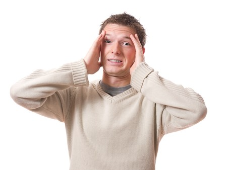 anguished: paura di uomo con le mani sulla testa isolata su sfondo bianco