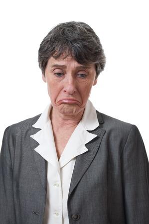 mujer decepcionada: deprimido empresaria madurita mirando hacia abajo aislado sobre fondo blanco